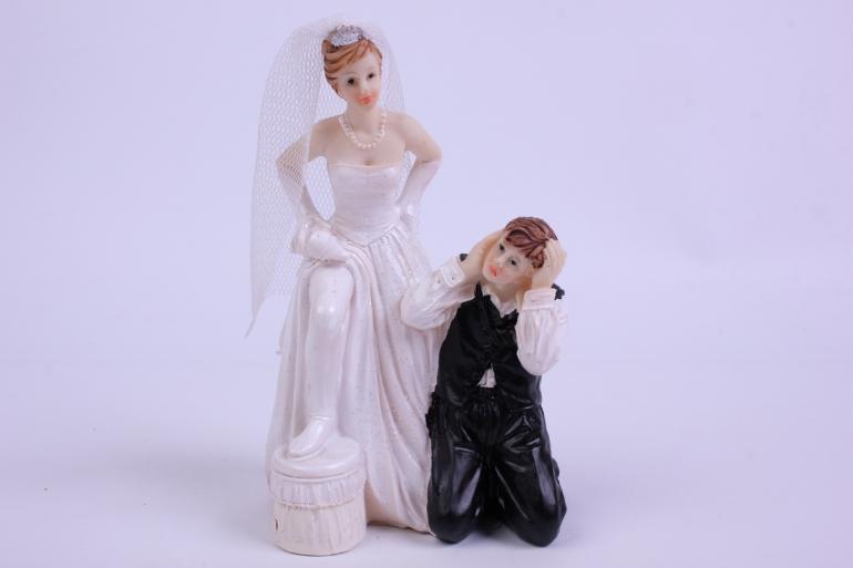 фигурки жених и невеста на торт (с приколом)- нога на табуретке