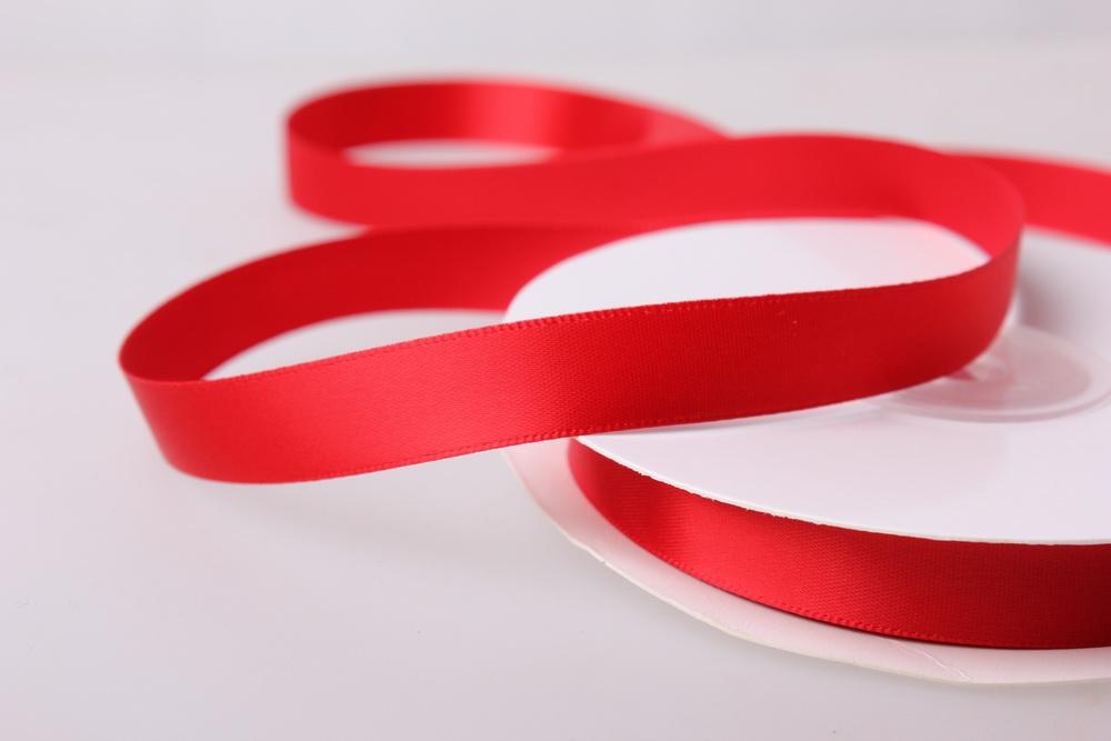 фото красной ленты коротким зеленоватым