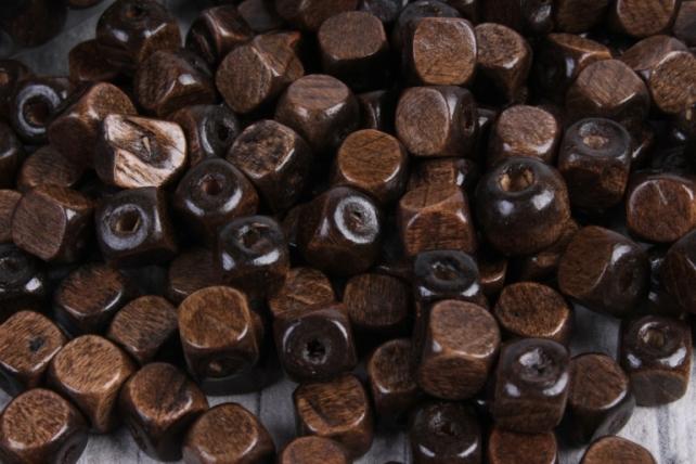 Бусины дерево  (С)  квадратные коричневые (8мм) в пакете 100гр