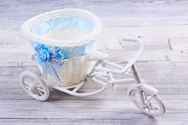 Кашпо декоративное - Велосипед пластик белый с голубой лентой