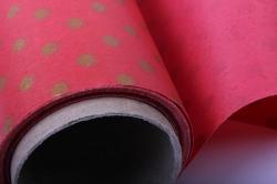 Бумага  КРАФТ  Золотой горошек на красном   (70см*10м) К