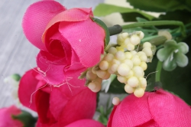искусственное растение - ранункулюс с белыми ягодами малиновый