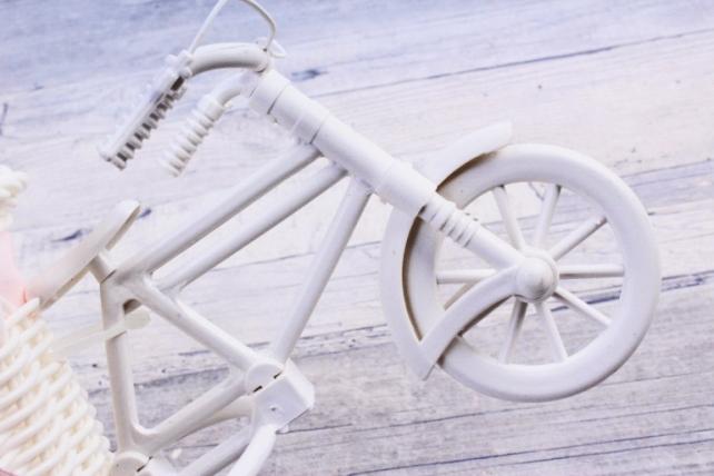 Велосипед пластик белый с розовой лентой