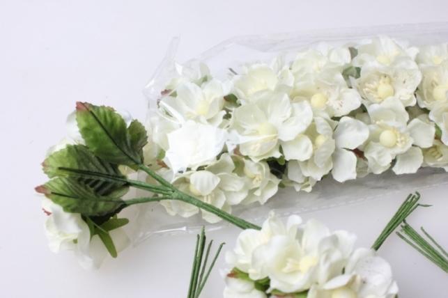 бутаньерка роза белая (12 букетов по 6шт)