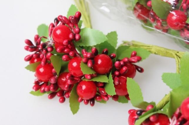 бутаньерка с ягодками красная (10 букетов по 10шт)