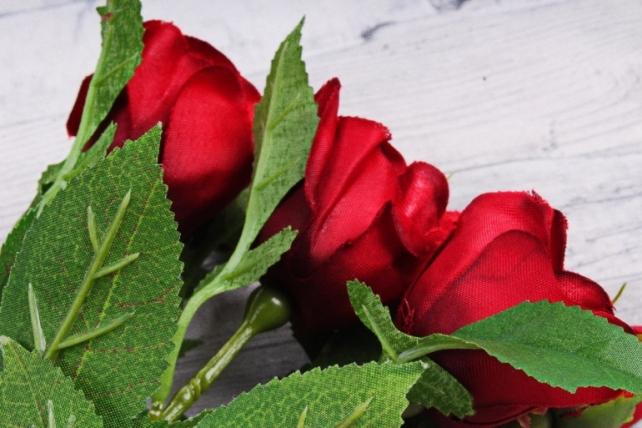 Искусственное растение - Ветка Розы 35см красная (3 шт в уп) SUN452