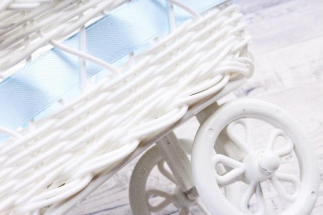 Кашпо коляска пластик белый с голубой лентой