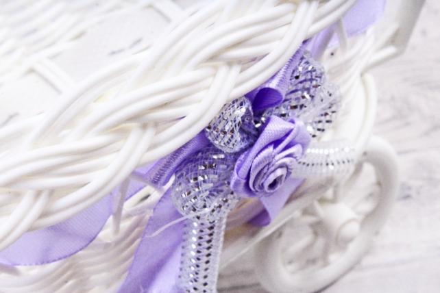 Кашпо коляска пластик белый с сиреневой лентой