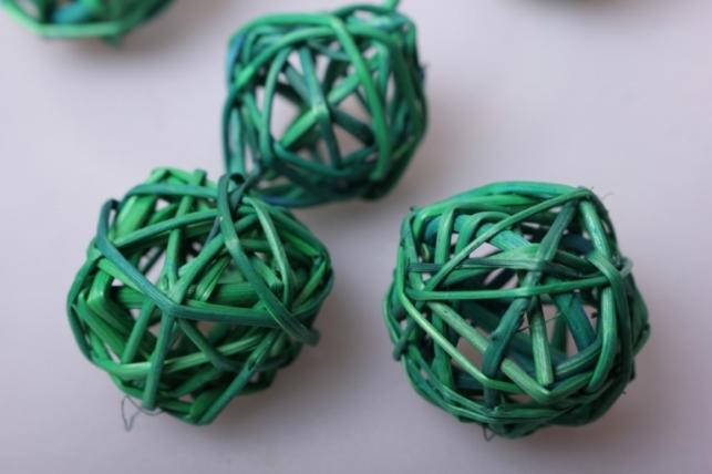 набор шаров из ротанг d=3см зеленые (12шт в уп)