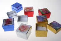 Подарочные коробки - Квадрат Цветы (изображение цветов сверху) 4х4х2,5см (48) 10009-4 цвета и рисунки в ассортименте