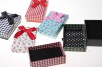 Подарочные коробки - Прямоугольник цветочек с бантом 8,2х5,5х3см (24) 12021 цвета и рисунки в ассортименте