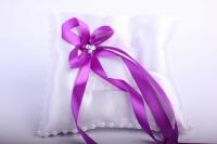 Подушка под кольца в пакете - белая с фиолетовым бантом 13х16см