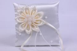 Подушка под кольца в пакете- белая с малиновым декором