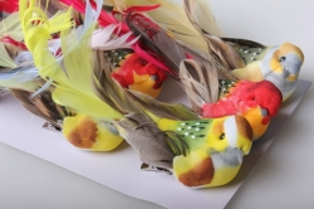 Птичка искусственная с кудрявым хвостом (12шт в уп) W14264