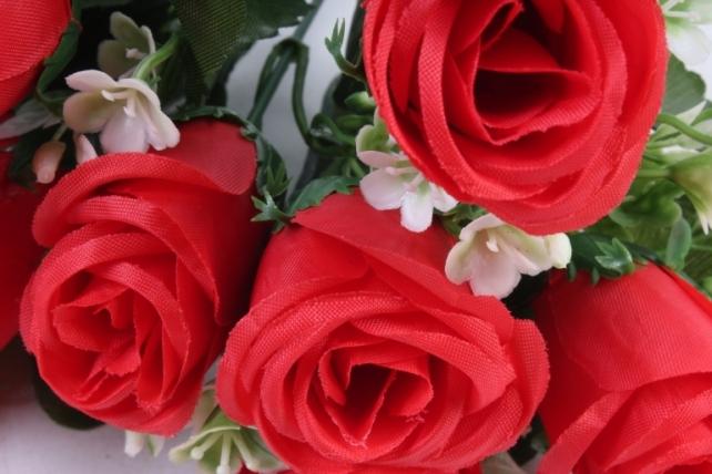 Роза с мелкими колокольчиками красная