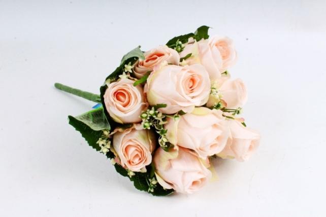 Роза в листьях гортензии персиковая