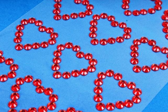 Стразы на липучке Сердца красные 24шт 30мм DZ784  4481