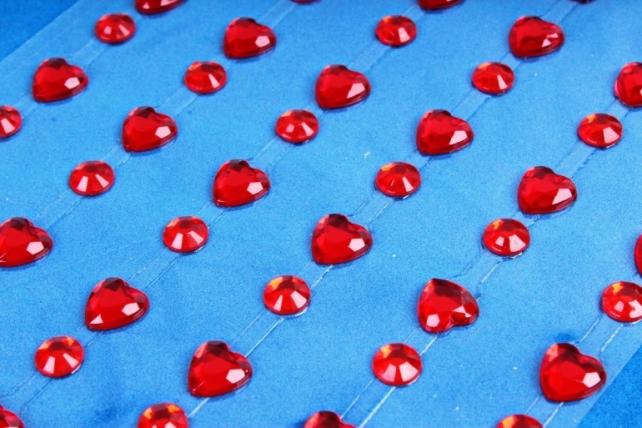 Стразы на липучке Сердца красные 138шт 6-8мм DZ826  3185