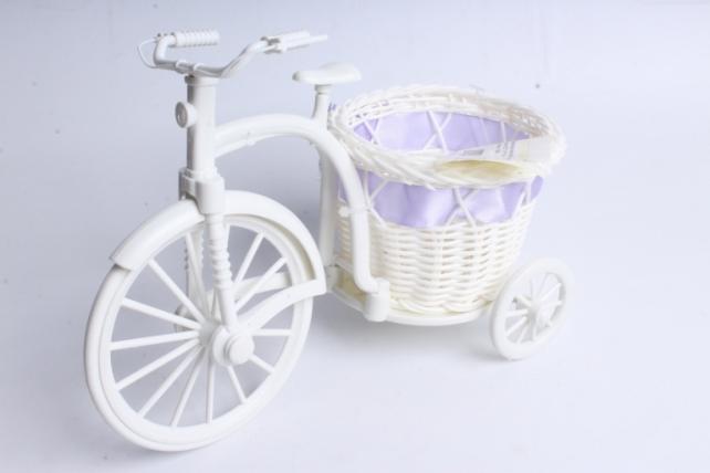 Велосипед пластик белый с сиреневой лентой
