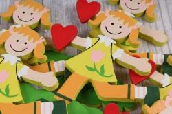 вставка  девочка с сердцем из дерева  (6шт в уп) fh17014y  1864