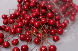 ягодки красные 1см на проволоке (200шт в упаковке) 2065