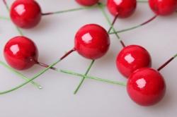 ягодки красные 2см с проволокой (200шт в уп) 2027